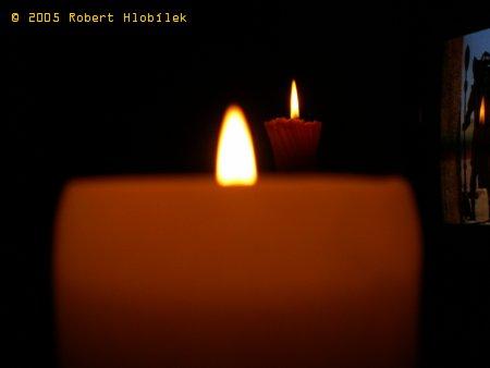 Dvě svíčky za sebou + odraz v TV