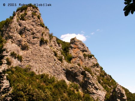 Cesta horským kaňonem podél řeky Enipea