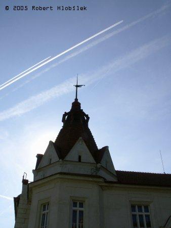 Střecha hostince u zámku a moderní gripeny řežou nebe