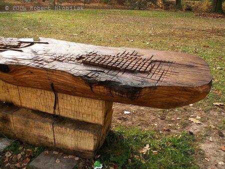 Detail stolu v zámeckém parku Bartošovice