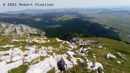 Pohoří Durmitor, pohled na Černé jezero z vrcholu Savin Kuk