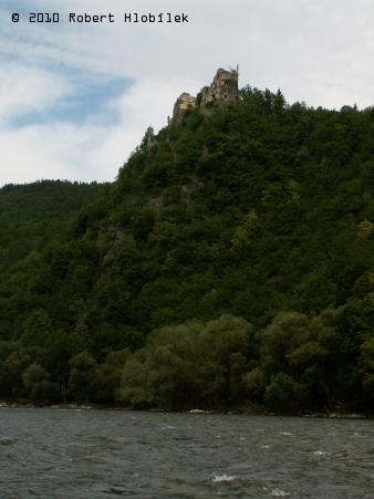 Starý hrad, pohled z voru při plavbě po Váhu