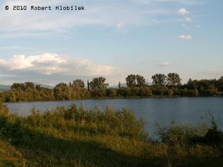Kousek od farmy jsou jezera po vytěženém štěrku