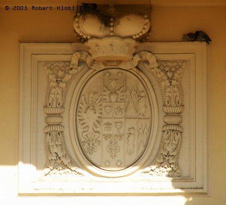 Znak nad vchodem do kostela