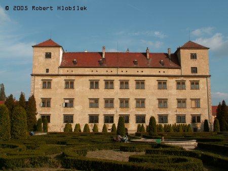 Pohled na zámek ze zámecké zahrady
